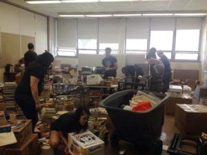 CEA-SP members sorted through books so the school can resell them to the publisher.